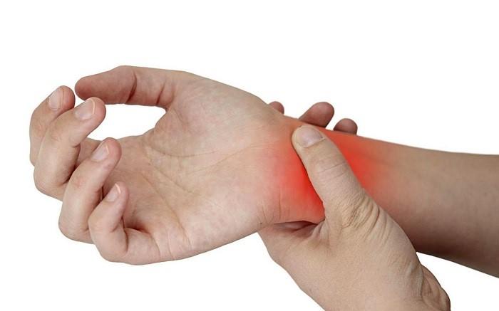 Khi tay phải hoạt động liên tục và chịu nhiều áp lực trong một khoảng thời gian dài dễ bị đau khớp cổ tay.