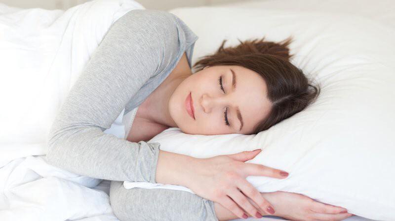 Ngủ đúng tư thế tốt cho người bị trào ngược dạ dày