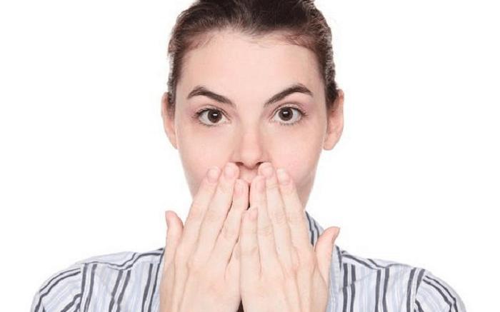 Ợ chua kèm mùi thức ăn do trào ngược dạ dày ảnh hưởng đến giao tiếp hàng ngày