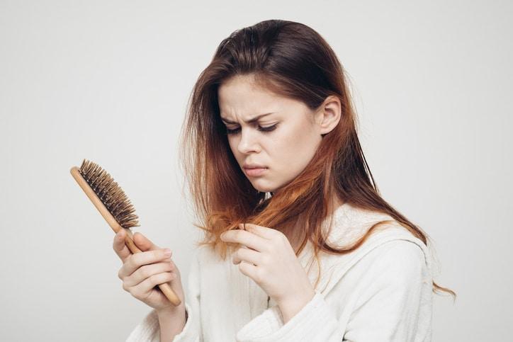 Uốn, nhuộm tóc làm cho tóc dễ bị hư tổn dễ gẫy rụng
