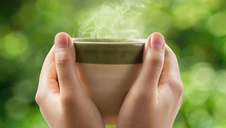Một tách trà nóng cũng có thể làm giảm cơn đau họng