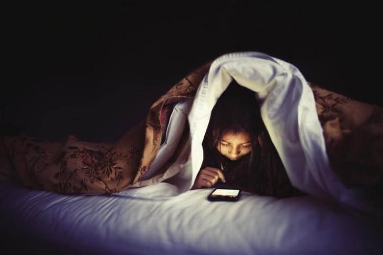 Sử dụng các thiết bị điện tử vào ban đêm gây ảnh hưởng xấu đến giấc ngủ
