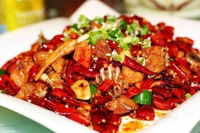 Các món ăn cay nóng hấp dẫn nhưng sẽ khiến tình trạng đau họng của bạn nặng hơn