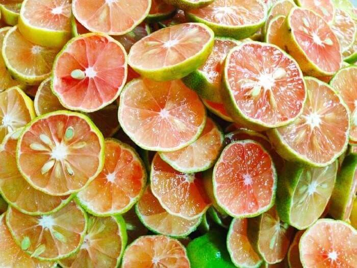 Chanh đào ngâm đường phèn là vị thuốc tại nhà để giúp điều trị đau họng