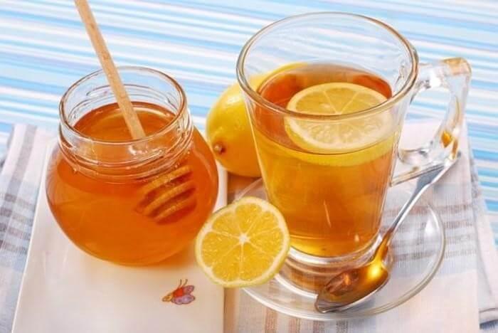 Chanh kết hợp với mật ong và pha với nước ấm sẽ là thức uống không thể thiếu nếu bị viêm họng