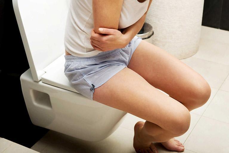 Chảy máu khi đi đại tiện là triệu chứng điển hình nhất của bệnh trĩ