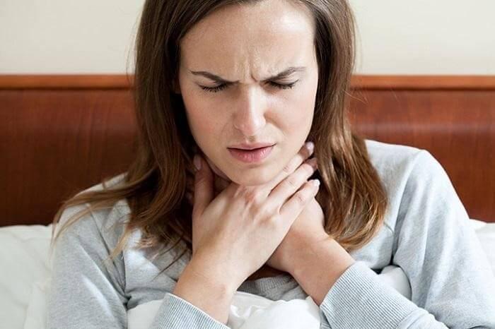 Đau họng có đờm là biểu hiện thường thấy của bệnh viêm họng