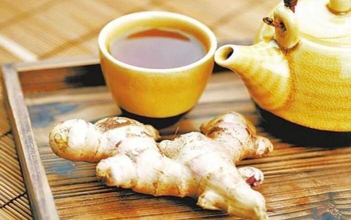 Một tách trà gừng mật ong ấm áp sẽ giúp bạn giảm bớt sự khó chịu khi bị đau họng