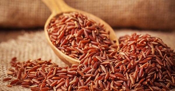 Sử dụng gạo lứt trong bữa ăn giúp ngăn chặn tiết dịch dạ dày và ruột