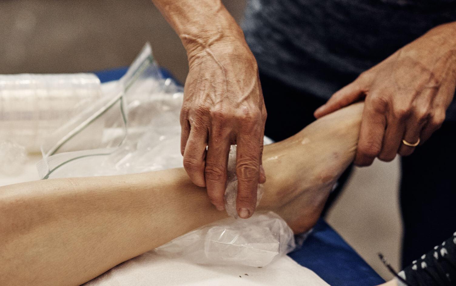 Chườm đá lạnh giúp giảm đau, viêm cho người bị gút
