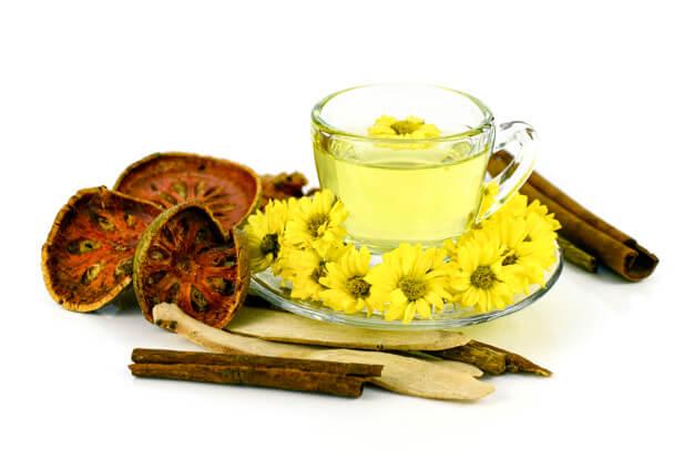 Trà hoa cúc giúp làm xoa dịu và hạn chế tình trạng co thắt dạ dày