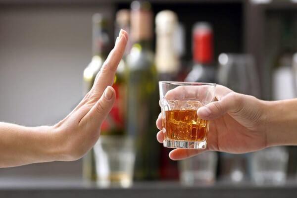 Cần hạn chế bia rượu vì chúng làm tình trạng viêm của bạn trở nên nặng hơn