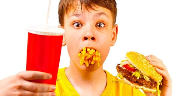Những thức ăn nhanh chứa nhiều dầu mỡ dễ khiến trẻ bị chứng đầy hơi