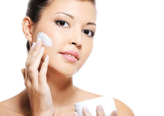 Sử dụng kem dưỡng trắng da ban đêm giúp cải thiện làn da một cách tối ưu